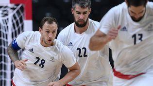 De gauche à droite : Valentin Porte, Luka et Nikola Karabatic. Les handballeurs tricoloresaffrontent Bahreïn enquarts de finale du tournoi olympique le 3 août 2021. (FRANCK FIFE / AFP)