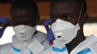 Des volontaires sont formés à l'utilisation de combinaisons de protection contre le virus Ebola, le 17 juillet 2014, à Kailahun (Sierra Leone). (EYEPRESS NEWS / AFP)