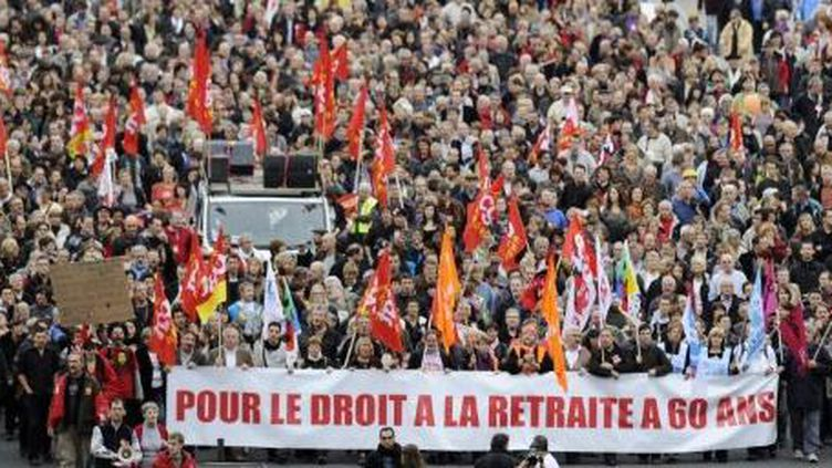 Après avoir fait descendre les syndicats dans la rue à l'automne 2010, la réforme des retraites va maintenant occuper le terrain de la présidentielle. (PHILIPPE DESMAZES / AFP)
