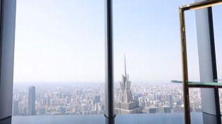 """Les équipes de France Télévisions vous font découvrir un hôtel particulier : le """"J Hotel"""", qui est également l'hôtel le plus haut du monde. Abrité dans la Tour de Shanghai en Chine, son point culminant se situe à 470 mètres de hauteur. (FRANCE INFO)"""