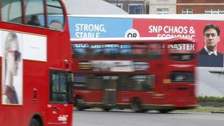 Des affiches électorales lors de la campagne pour les législatives britanniques du 7 mai 2015. (PETER NICHOLLS / REUTERS)