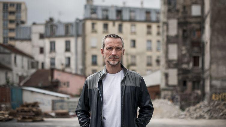 """Olivier Norek signe un roman noir, """"Impact"""", en forme de manifeste écologique. (PHILIPPE LOPEZ / AFP)"""