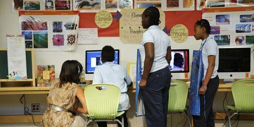 La Première dame des Etats-Unis, Michelle Obama (à gauche) en visite à Savoy School, école de Washington, le 24-5-2013. (Reuters - Jonathan Ernst)