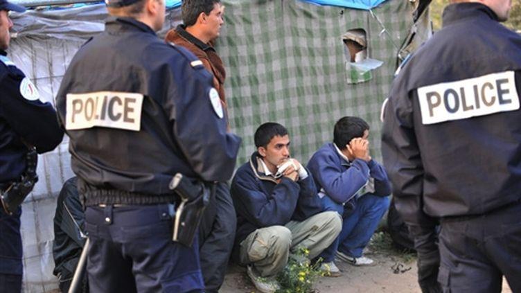 """Migrants afghans et agents de police le 22 septembre, jour du démantèlement de la """"jungle"""" de Calais (© AFP Philippe Huguen)"""