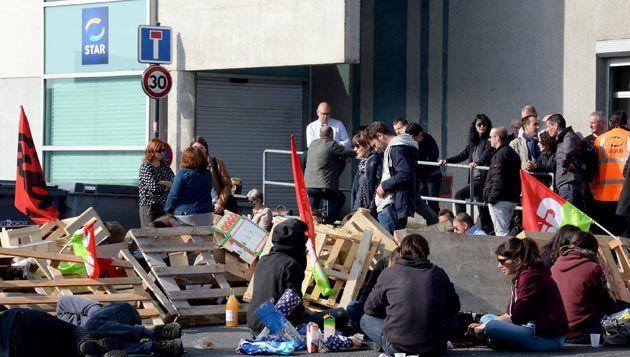 (Des sites pétroliers bloqués ce jeudi, des routes ou encore des dépôts de bus comme ici à Rennes © MaxPPP)