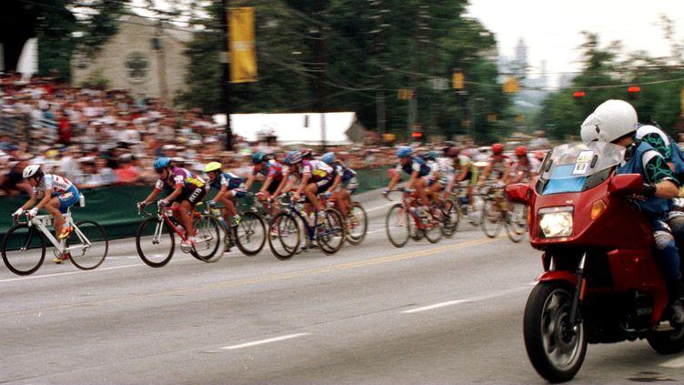 La française Jeannie Longo prend la tête et gagne la médaille d'or du cyclisme sur route dans le 100km féminin au Jeux olympiques d'Atlanta aux Etats-Unis en juillet 1996 (MAXPPP)
