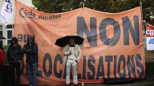 Des employés d'Alcatel-Lucent lors d'une manifestation à Orvault (Loire-Atlantique), le 16 septembre 2009. (STEPHANE MAHE / REUTERS)