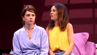 """Constance Dollé et Marie-Julie Baup dans une scène du """"Plus beau jour""""  (Capture d'image France3/Culturebox)"""