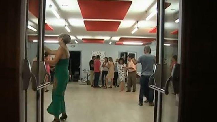 Près de Bordeaux à Bègles (Gironde), certains s'initient aux dansesde salon. (FRANCE 3)