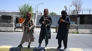 Des talibans en armes dans une rue de Kaboul, en Afghanistan, le 16août2021. (WAKIL KOHSAR / AFP)