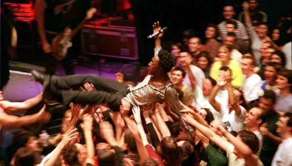 Marco Prince de FFF porté par la foule lors d'un concert le 8 décembre 2000 à Perpignan.  (BEP/ L'indépendant/Max PPP )