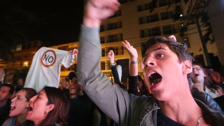 """Des partisans du """"non"""" à l'accord de paix entre la Colombie et les Farc célèbrent la victoire, le 2 octobre 2016, à Bogota (Colombie). (MARIO TAMA / GETTY IMAGES NORTH AMERICA / AFP)"""
