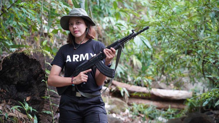 Htar Htet Htet, ex-candidate birmane à Miss Grand International en Thaïlande en 2013, a décidé de prendre les armes. (EyePress via AFP)