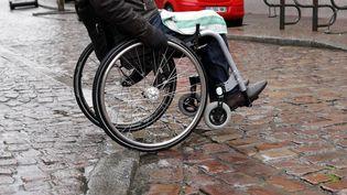 Un fauteuil roulant à Colmar (Haut-Rhin), le 11 février 2005. (MAXPPP)