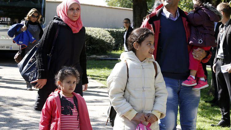Une famille de réfugiés arrive au centre Hubert-Renaud, à Cergy (Val-d'Oise), oùont été accueillis 47 demandeurs d'asile irakiens et syriens venus d'Allemagne, mercredi 9 septembre 2015. (JACKY NAEGELEN / REUTERS)