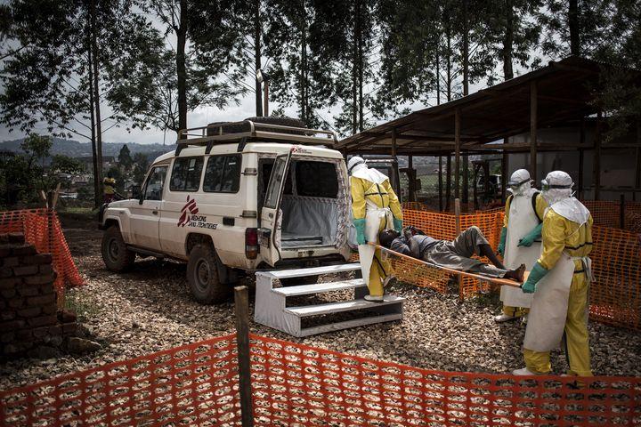 Des agents de santé déplacent un malade d'Ebola vers un hôpitalde la province du Nord-Kivu, le 4 novembre 2018. (JOHN WESSELS / AFP)