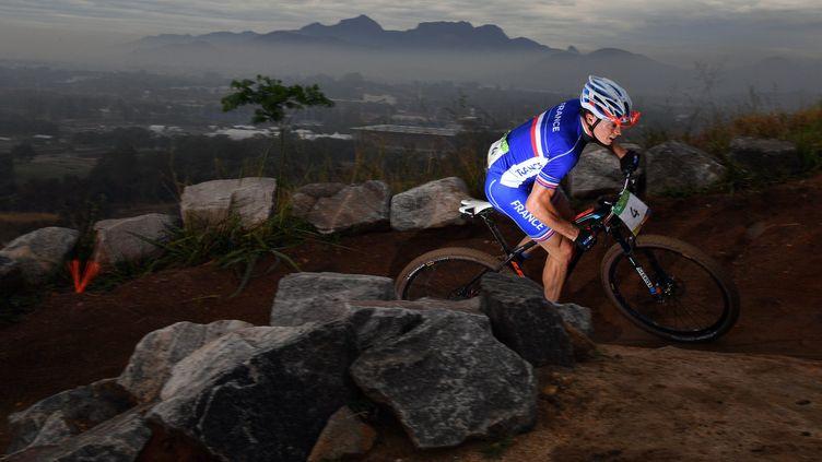 Le cycliste tricolore Maxime Marotte en plein effort sur le circuit de VTT de Deodoro (CARL DE SOUZA / AFP)