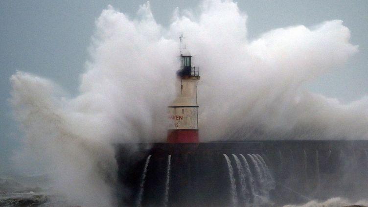 Une vague submerge le phare de Newhaven, dans le sud de l'Angleterre, le 9 février 2020. (GLYN KIRK / AFP)