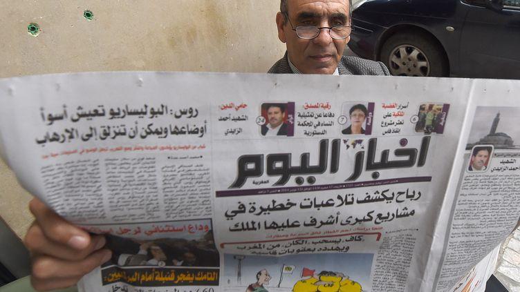"""Un Marocain lit le journal """"Akhbar Al Youm"""", le 12 novembre 2014 à Rabat. (FADEL SENNA / AFP)"""