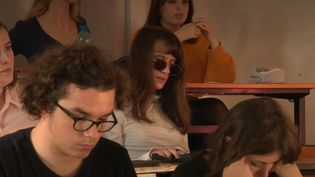 Handicap : le parcours exemplaire d'une étudiante non-voyante (FRANCE 2)
