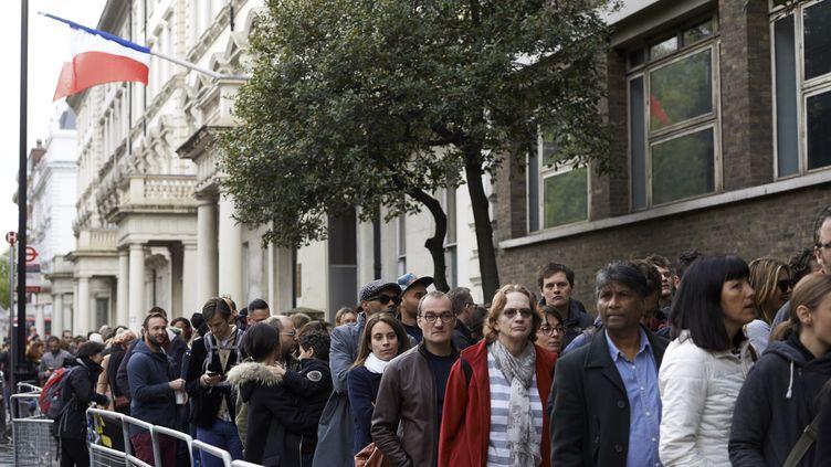 Les Français résidants à Londres, devant le bureau de vote pour la présidentielle, dimanche 23 avril 2017. (NIKLAS HALLE'N / AFP)
