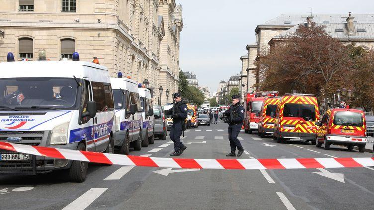 Des forces de l'ordre montent la garde devant la préfecture de police de Paris, le 3 octobre 2019. (MAXPPP)