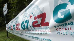 Une banderole annonce le contre-sommet du G7, qui aura lieuà Irun et Hendaye à partir du 21 août 2019. (IROZ GAIZKA / AFP)