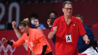 Lesélectionneur Olivier Krumbholz rageur à la tête de son équipe de France féminine de handball, médaillée d'or à Tokyo le 8 août 2021. (FRANCK FIFE / AFP)