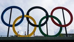 Les anneaux olympiques au parc Madureira de Rio de Janeiro (Brésil), le 1er juillet 2015. (YASUYOSHI CHIBA / AFP)