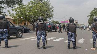 Des policiers togolais observant des manifestants à Lomé, le 20 janvier 2018. (YANICK FOLLY / AFP)