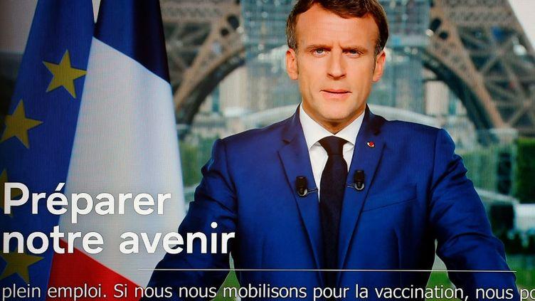 Le président Emmanuel Macron s'adresse aux Français dans une allocution télévisée le 12 juillet 2021. (LUDOVIC MARIN / AFP)