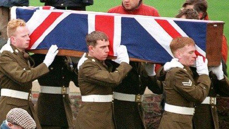 Inhumation avec les honneursau cimetière militaire britannique de Monchy-le-Preux. Desmilitaires britanniques portentle cercueil de l'un des trois soldats tués en 1917 lors de la bataille d'Arras, et dont les corps ont été retrouvés en 1996 dans une fosse commune. (OLIVIER MORIN / AFP)
