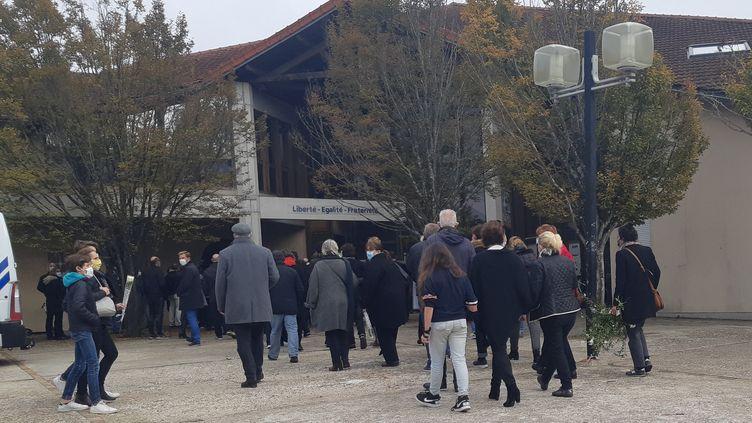 Les enseignants, les parents, les élèves se sontrecueillisdevant le collège du Bois d'Aulne (Yvelines) dès le lendemain de l'assassinat de Samuel Paty, le 17 octobre 2020. (RÉMI BRANCATO / FRANCE-INTER)