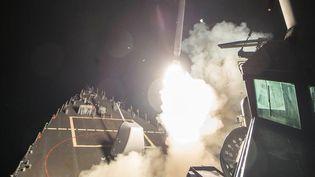 """Photo du Département de la défense américain d'un lance-missiles """"USS Ross"""" frappantune base aérienne du régime syrien, vendredi 7 avril 2017. (REUTERS)"""