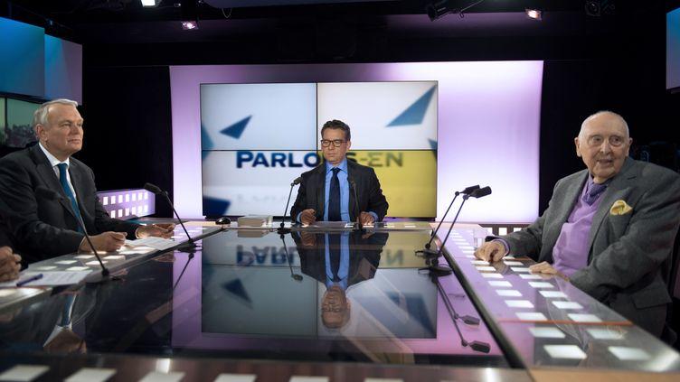 Le journaliste Frédéric Haziza (au centre) sur le plateau de LCP, le 14 mai 2013 à Paris. (MARTIN BUREAU / AFP)