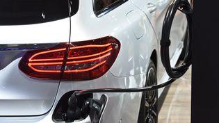 entre janvier et août dernier, plus de 90 000 véhicules propres ont été vendus en France. Ci-contre, une voiture électrique présentée au Salon de l'automobile à Bruxelles en 2019. Photo d'illustration. (JEAN-LUC FLMAL / MAXPPP)