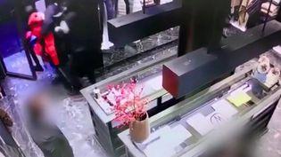 Une boutique de luxe a été pillée en plein jour, vendredi 11 décembre, dans le centre de Paris. Un nouveau mode opératoire qui se multiplie depuis quelques semaines. (France 3)