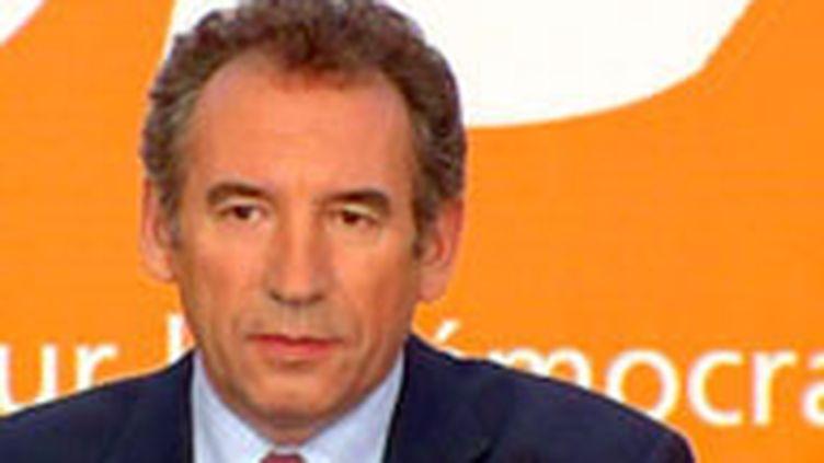 François Bayrou fait campagne dans les régions sans se soucier des sondages.