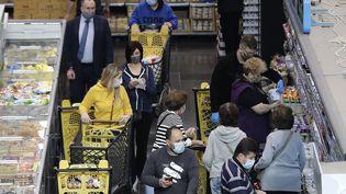 Les gens font leurs courses dans un supermarché de Beyrouth avant un confinement strict en raison de la propagation du Covid-19,le 12 janvier 2021. (JOSEPH EID / AFP)