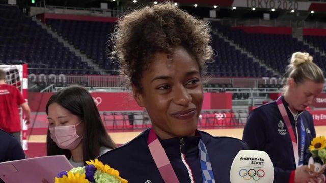"""""""On a galéré en début de compétition"""" Estelle Nze Minko ne réalise toujours pas l'exploit de la team france championne olympique en handball."""