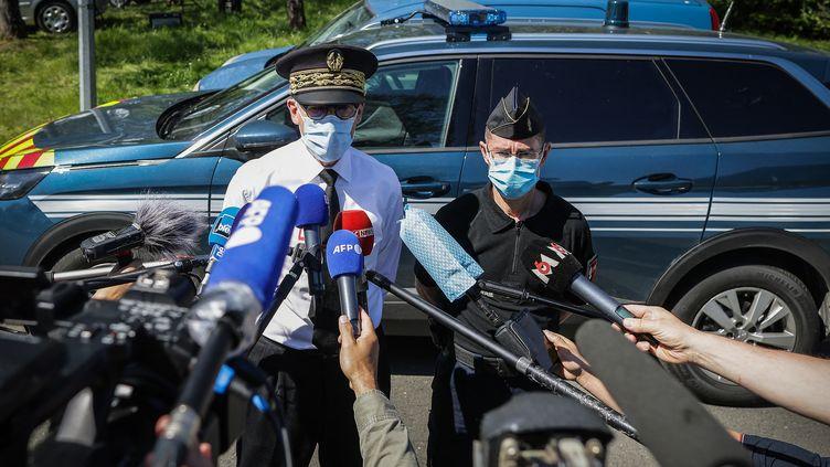 Le préfet de Dordogne, Frédéric Périssat, et le général André Pétillaut, lors de la conférence de presse consécutive à l'arrestation du suspect, le 31 mai 2021 au Lardin-Saint-Lazare. (THIBAUD MORITZ / AFP)