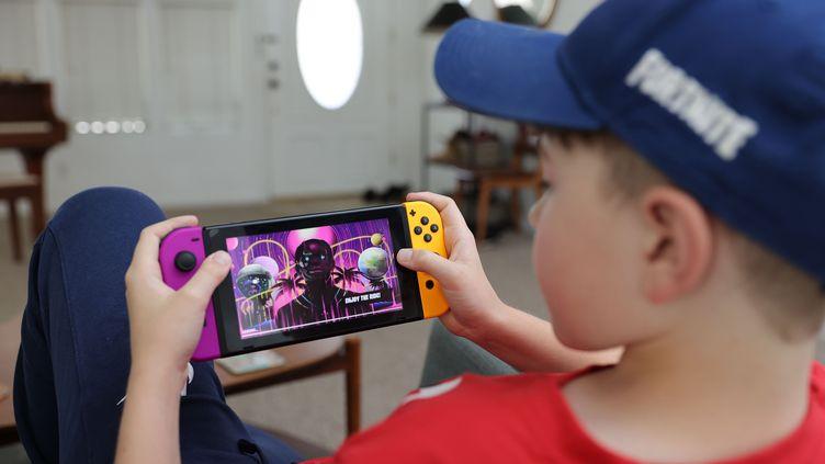Ansel, 11 ans, joue au jeu Fortnite dans lequel apparaît l'avatar du rappeur Travis Scott, le 23 avril 2020 en Californie (Etats-Unis). (NEILSON BARNARD / GETTY IMAGES NORTH AMERICA)
