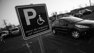 Photo d'illustration - Place de stationnement voiture reservee aux personnes a mobilite reduite. (MAXPPP)