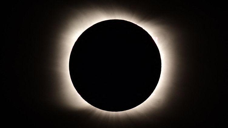 Une éclipse solaire vue du Piedra del Aguila (Argentine), le 14 décembre 2020. (RONALDO SCHEMIDT / AFP)