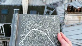 Un élement décoratif réalisé à partir d'un morceau de zinc des toits de Paris. (Raphael Metivet.)