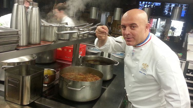 Le chef étoilé Olivier Nasti dans ses cuisines à Kaysersberg (Haut-Rhin). (GUILLAUME CHHUM / RADIO FRANCE)