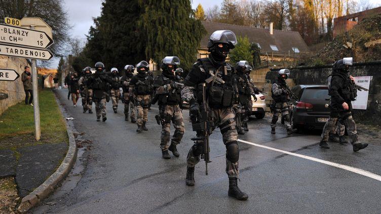 Des membres du GIPN et du RAID déployés à Corcy (Aisne), le 8 janvier 2015. (FRANCOIS LO PRESTI / AFP)