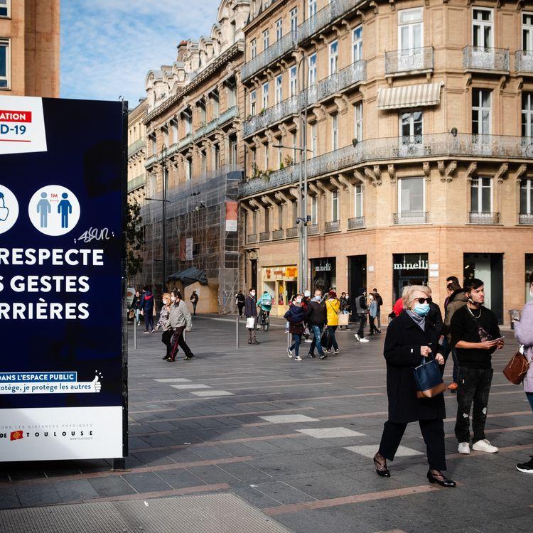 Un panneau rappelle les gestes barrièresà respecter dans le centre-ville de Toulouse, le 13octobre 2020. (LILIAN CAZABET / HANS LUCAS / AFP)