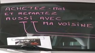Capture d'écran d'un reportage de France 2 montrant une enseigne qui propose une deuxième voiture pour un euro de plus, à Nîmes (Gard). ( FRANCE 2 / FRANCETV INFO)
