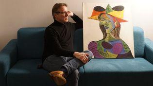 L'expert en art néerlandais, Arthur Brand, pose avec le Picasso retrouvé, le 26 mars 2019. (TETTEROO)